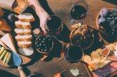žena držící sklenici vína