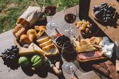 Tabulka s vínem a občerstvením