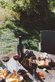 Tabulka s červeným vínem a občerstvení