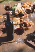 červené víno a různé občerstvení