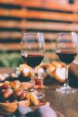 červené víno a mísa hroznů
