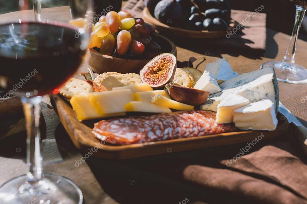 different snacks for red wine
