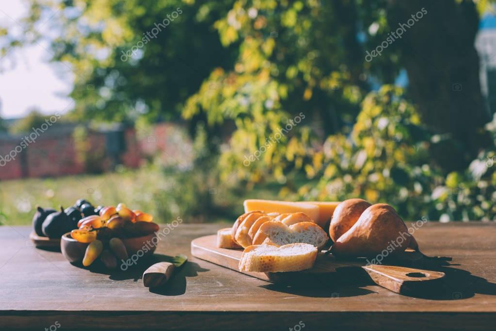 sliced baguette cheese and grapes