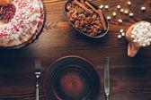 étkészlet, karácsonyi sütemény és a kakaót a pillecukor
