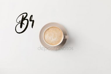 šálek kávy s nápisem čas snídaní