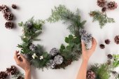 Photo hands making christmas wreath
