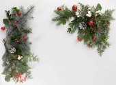 Photo fir branches with christmas balls and cones