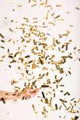 žena chytání padajících konfet