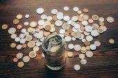 Üvegedénybe pénzzel