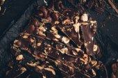 Fotografia cioccolato fondente con pezzi di frutta a guscio