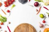 Dřevěná deska a nezpracované zeleniny