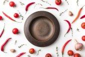 deska mezi feferonkami a rajčaty