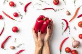 Frau mit rotem Paprika