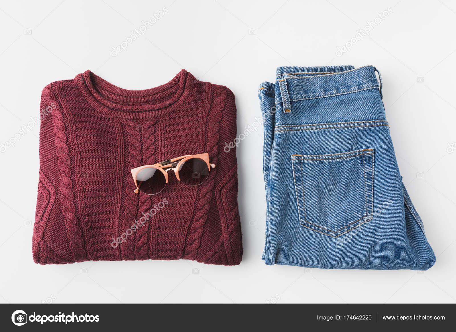 модные вязаные свитер и джинсы и солнцезащитные очки стоковое фото