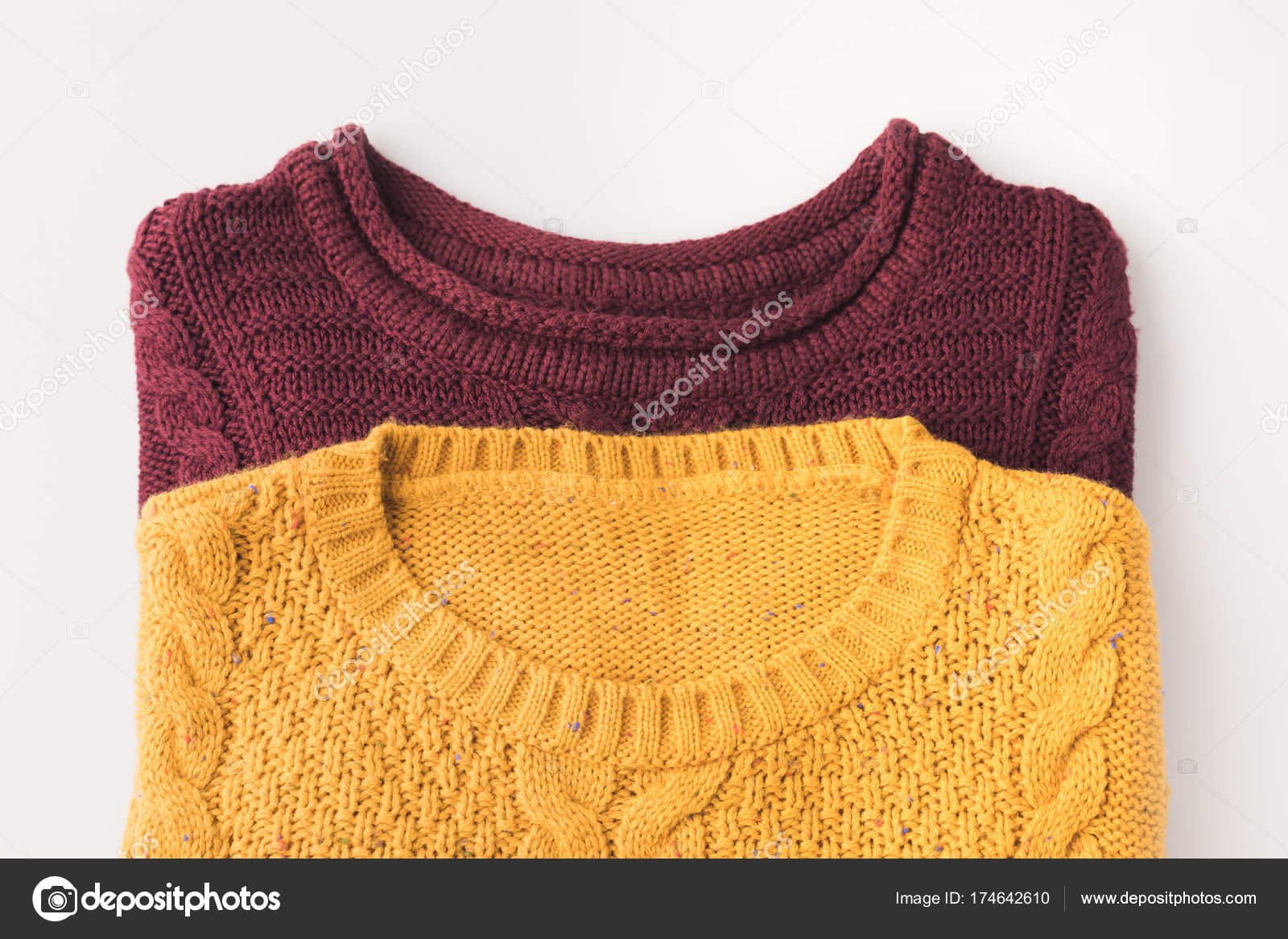 81bdcb70388b πλεκτό πουλόβερ Μπορντό και κίτρινο — Φωτογραφία Αρχείου ...