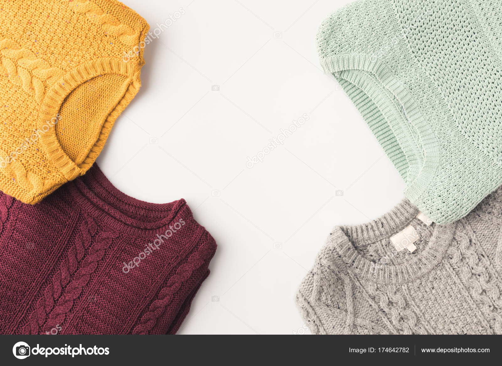 7e14a37d1e49 Ζεστά πλεκτά πουλόβερ — Φωτογραφία Αρχείου © AntonMatyukha  174642782