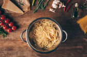 pohled shora špagety těstoviny a ingredience na dřevěnou desku