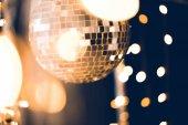 Fényképek gyönyörű disco labdát a fekete arany garland