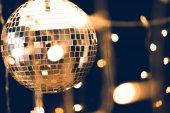 lesklé disko koule s krásnou girlandu na popředí