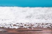 Winter Hintergrund mit Schnee auf Holzoberfläche mit Kopierraum