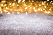 Weihnachten Winter Hintergrund mit Schnee und glänzenden verschwommenen Lichtern