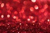 Vánoční pozadí s červenými světlé rozmazané konfety