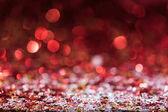 Vánoční pozadí s červenými světlé konfety hvězdy