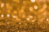 Weihnachtliche Textur mit goldglänzendem Konfetti