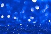 Fotografie Vánoční modré rozmazané lesklé konfety s bokeh