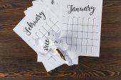Fényképek a fából készült asztali naptár tép papírt felülnézet
