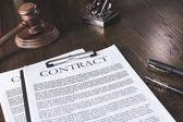 právní smlouva na dřevěný stůl s pen a kladivo, koncepce práva