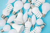 Draufsicht auf verschiedene weiße Lampen isoliert auf blau