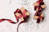 pohled shora uspořádány dárků s červené stužky a konfety izolované na bílém