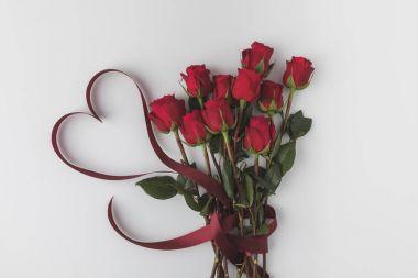 """Картина, постер, плакат, фотообои """"верхний вид красивых красных роз с лентой изолированы на белом, день святого валентина концепции """", артикул 178025020"""