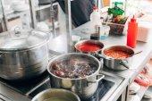 Fotografie vynikající polévka vaření v pánvi v restauraci kitchen