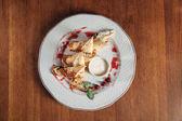 Fotografie Draufsicht der gerollte Crêpes mit Quark mit Marmelade auf weißen Teller serviert