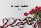 Fotografie pohled shora krásných rudých růží s mašlí izolované na bílém, st valentines day koncept
