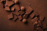 plochý ležela s připravené lanýže a čokoládové tyčinky s kakaovým práškem na desku stolu
