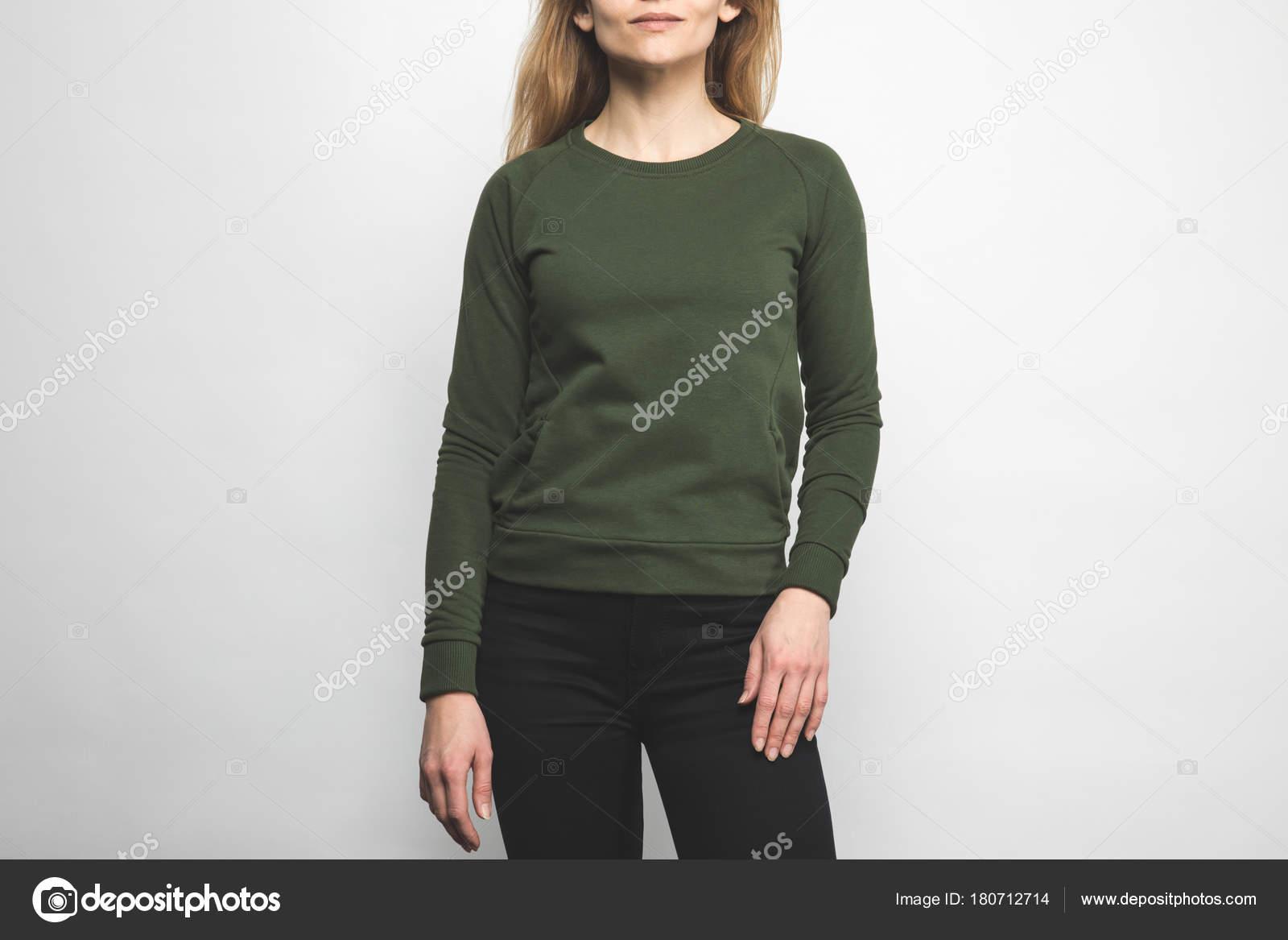 89cb583169 Foto Recortada Mujer Sudadera Verde Blanco Sobre Blanco — Foto de Stock
