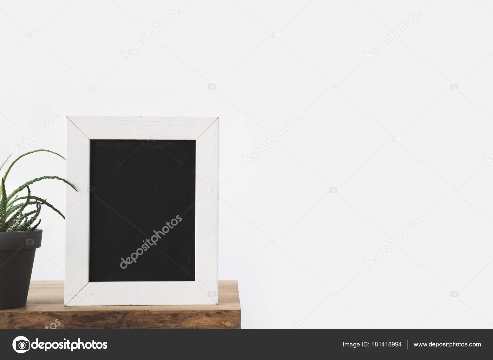 Tafel Rahmen Und Pflanze Auf Tisch Weiß — Stockfoto © AntonMatyukha ...
