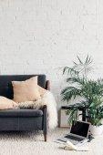 pohodlný gauč v bílém obýváku interiéru s cihlovou zdí, maketa koncepce