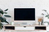 copmuter prázdná obrazovka na moderní pracoviště s květináče, maketa koncepce