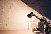 stolní lampa svítící bílý prázdný cihlová zeď, maketa koncepce