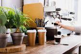 Csapos készül a kávé modern kávéfőző kiadványról