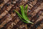 Nahaufnahme von köstlichen gegrillten pikanten Rindersteaks mit Rosmarin