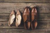 vista superiore della sposa e degli sposi paia di scarpe su superficie di legno