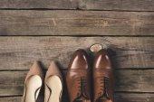 Ansicht von Braut und Bräutigam Paar Schuhe auf Holzoberfläche