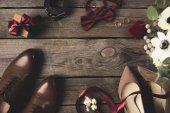 Fotografie flache Lay mit Hochzeits-Accessoires, Geschenk- und Brautstrauß auf Holzuntergrund