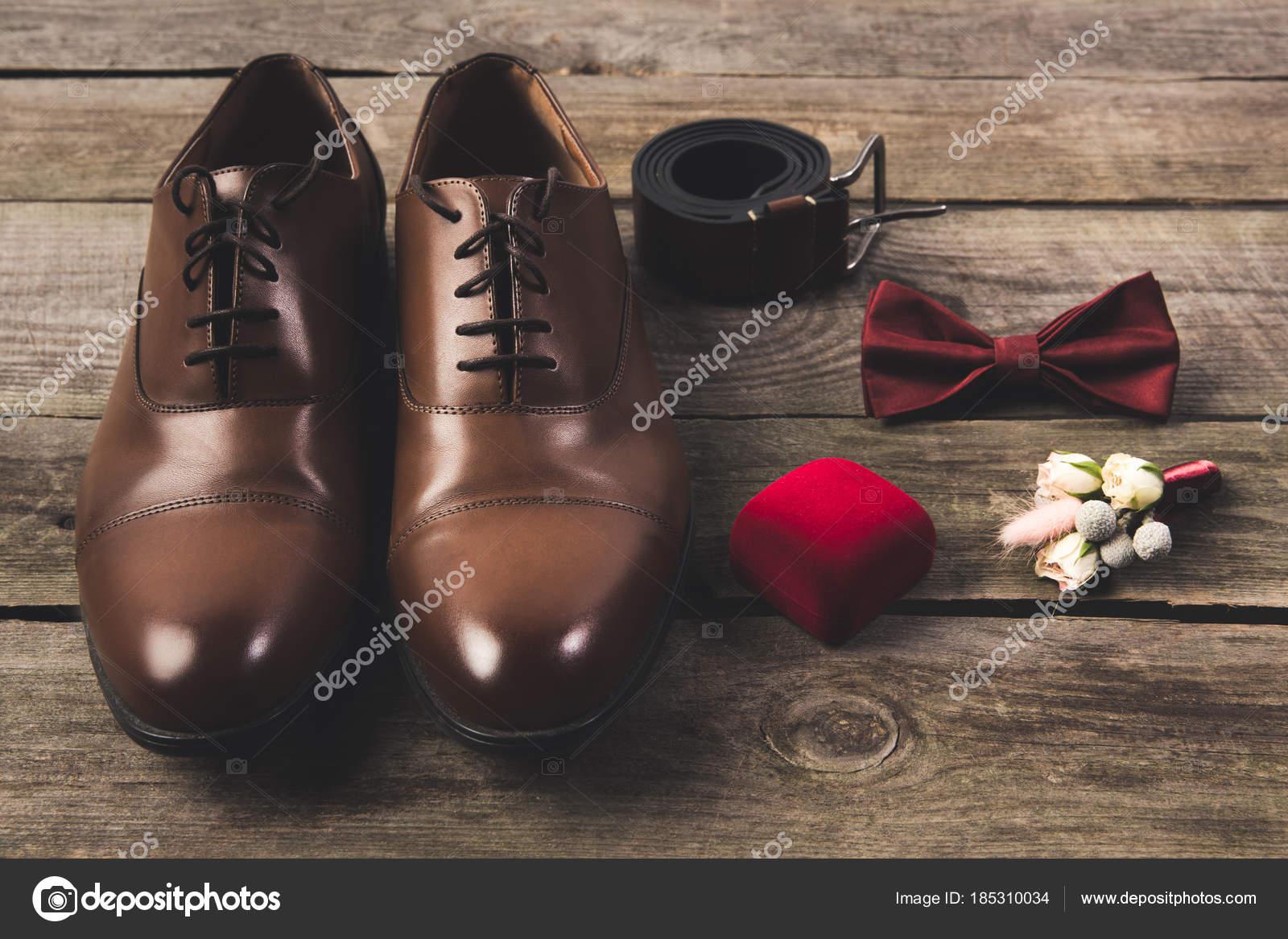 110acd7137 Nahaufnahme Der Angeordneten Bräutigam Schuhe Und Accessoires Auf  Holzuntergrund — Stockfoto