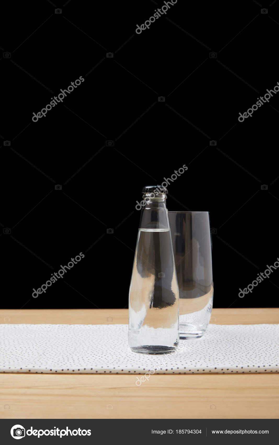Бутылка Водой Пустой Стакан Столе Черном Фоне — Бесплатное ...